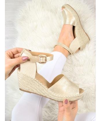 8cd258d0c0 Dámske zlaté sandálky Evento